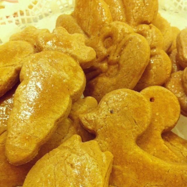 Πασχαλινά κουλουράκια με μαύρη ζάχαρη